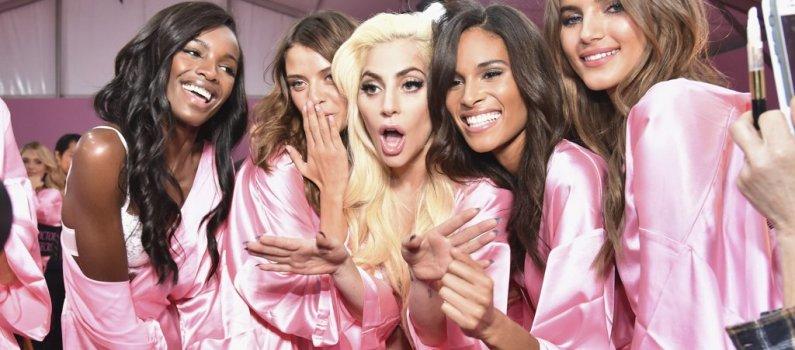353d2383f1 Lady Gaga canta junto a los ángeles de Victoria s Secret en ropa interior